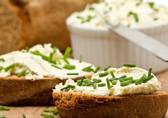 Túrókrémes szendvicsNagyszerű ötlet néha összedobni otthon egy-egy szendvicskrémet, ami kiválthatja a margarint vagy a vajat, és persze újdonságot vihet a megszokott ízek sorába. A túrókrém például remek választás egy kis snidlinggel vagy metélőhagymával megszórva. A túró fehérjetartalma igen magas, ráadásul lassan szívódik fel, így órákon át tápanyaggal látja el a gyerek agyát. Emellett kalciumtartalma sem elhanyagolható. A snidling pedig vitamindús - A-, C-vitamin -, és folsavtartalma miatt is jó.