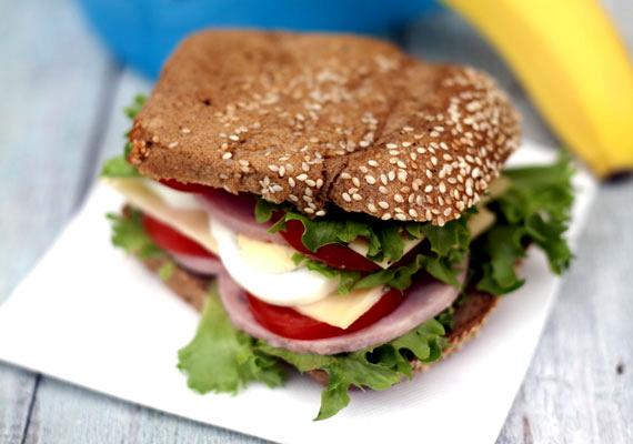Sonkás szendvics                         A margarinos-párizsis szendvicset felejtsétek el! A gyerek megfelelő agyműködéséhez jó minőségű fehérje kell, amit jó minőségű felvágottak biztosíthatnak. A legjobb a házi, de ha nem megoldható, akkor sovány sonkát vásárolhattok hentesnél is. A teljes kiőrlésű pékáruval készített szendvicsbe kerüljön jó sok zöldség, hogy a gyerek szervezete jókora vitaminbombához jusson már reggel, és esetleg főtt tojás, az imént említett áldásos hatásai miatt.