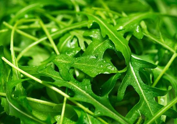 Lúgosító hatással bírnak a zöldsaláták és a levük, így például a ruccola. Tegyél belőle egy keveset a salátákba, bármelyikhez illik.