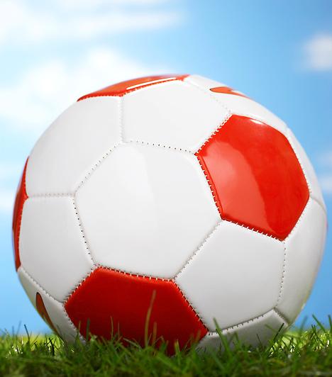 FociValószínűleg nehéz olyan fiút találni, aki gyerekkorában ne járt volna focizni a szomszéd srácokkal. Ez a szórakozás egészséges, hiszen testmozgással jár, a szabad levegőn történik, és valódi emberi kapcsolatokra épül, nem úgy, mint a számítógépes játékok. Ha csemetéd még nem a foci szerelmese, feltétlenül ismertesd meg vele a játékot!