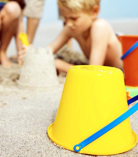 HomokozásGyerekszemmel a homokozó korántsem koszfészek, hanem feneketlen játszóház. Ha még víz is van a közelben, és néhány remek műanyag eszköz, a kicsik órákig is képesek elbabrálni a különös közeggel. Csak arra ügyelj, nehogy valami nagyon nem odavalót találjon a homokban: ez esetben még azelőtt avatkozz be, hogy a kóstolási tesztet végrehajtaná.