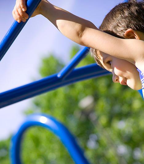 JátszótérSzerencsére egyre több gyerekbarát játszótér van a városokban, így nem kérdés, hogy hová vidd a gyerkőcöt, ha van egy kis szabadidőtök, és kisüt a nap. Móka közben nem árt, ha fél szemedet a kicsin tartod, de túl aggodalmasnak sem kell lenned: a játékba néhány esés is beletartozik.