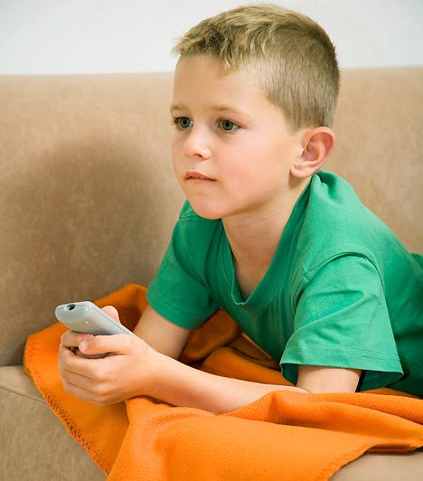TelevízóA számítógép mellett a televízió is nagy gyerekkedvenc, de ne azért üljön le elé csemetéd, mert nincs időd vele foglalkozni. Próbáld ösztönözni a társas játékokra, ugyanakkor persze a meséktől se tiltsd el. Ha valamit feltétlenül szeretne megnézni, te is csatlakozz hozzá, így a tévénézés is társas eseménnyé válhat!Kapcsolódó cikk:Az 5 legjobb, örökzöld mesefilm - Szerintünk »
