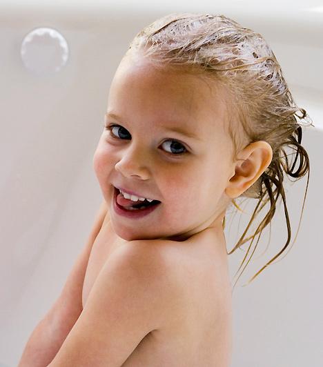 FürdésBár pici korban nem sok gyerek rajong a fürdésért, később a legtöbben örömmel lubickolnak Különösen, ha néhány kedves játékot is mellékelsz a fürdőbe: ez esetben az lesz nehéz, hogy még a fürdővíz kihűlése előtt kihalászd a kádból porontyodat.Kapcsolódó cikk:5 csodálatos gyerekjáték 5000 forint alatt »