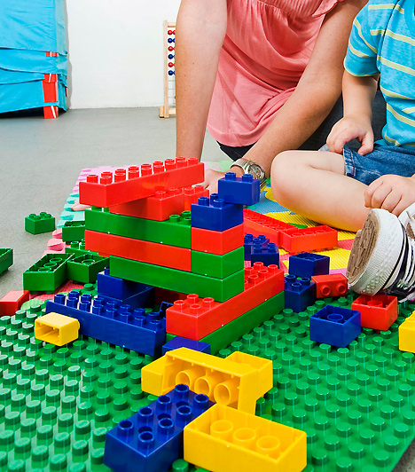LegoA lego halhatatlan kedvenc, amivel órákig is képesek elleni az apróságok, még ha te nem is ismered fel a végső műremeket. Legalább egy nagy doboz vegyes darabokból álló készletet szerezz be: ezek sokkal izgalmasabbak, mint a tematikus kollekciók, és a gyerek kreativitása is jobban fejlődik, ha szabadon építhet.