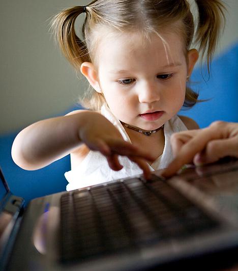 SzámítógépNem árt, ha vársz néhány évet azzal, hogy csemetéd megismerje a számítógép rejtelmeit. Amikor bekerül a suliba, vagy ha már az órákon is foglalkoznak vele, otthon játszhatsz vele együtt te is, de ügyelj arra, hogy csak az életkorának megfelelő alkalmazásokkal szórakozhasson.Kapcsolódó cikk:A 4 legjobb internetes játék gyerekeknek »