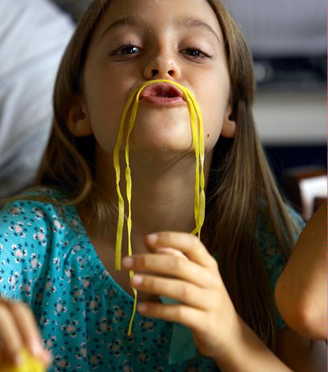 FőzésA gyerekek imádnak kísérletezni, és nem csak azzal, amit a szabadban találnak, a lakásban található dolgokkal is. Egy közös főzés is remek alkalmat szolgáltathat a játékra. Ha bohóckodik, nevess együtt gyermekeddel, de azért azt is tanítsd meg neki, hogy az ételt elsősorban enni kell, és malackodni nem szabad vele.