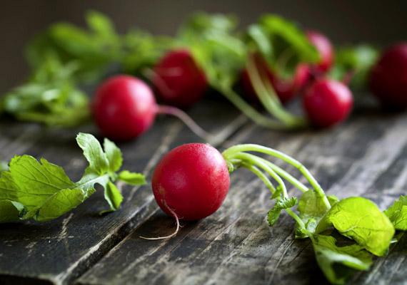 Hónapos retekValóságos vitaminbomba a kora tavaszi roppanós hónapos retek: C-vitamin, szelén, kálium, kalcium, kén és folsav is van benne, ráadásul, mint a keresztesvirágú növények általában, ez is antioxidáns, rákellenes zöldség.