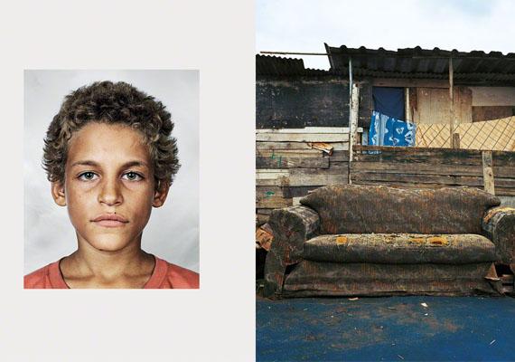 Ez a régi kanapé is siralmas látványt nyújt, ahol ez a gyerek hajtja álomra a fejét.Alex, Rio de Janeiro