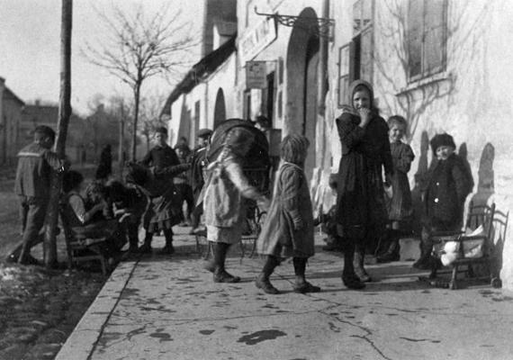 Az 1918-ig tartó első világháborúban összesen 15 millióan, köztük számtalan ártatlan gyerek is életét vesztette. Az 1915-ös képen soproni gyerekek gyülekeznek az utcán.