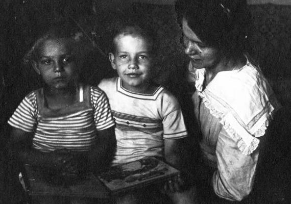 Az 1914-es nyári ruhás gyermekek feltehetően anyukájukkal nézegettek egy mesekönyvet. Bár a kép készítésének napra pontos dátuma nem ismeretes, elgondolkodtató, vajon július 28. előtt vagy után készült: aznap tört ugyanis hivatalosan ki az első világháború.