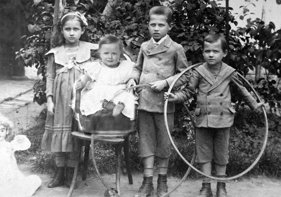 A fotós előtt játékaikkal pózoló gyerekek arcáról félelem és komolyság sugárzik: szegények keveset érthettek a történtekből, de sorra veszthették el rokonaikat. A kép 1915-ös.