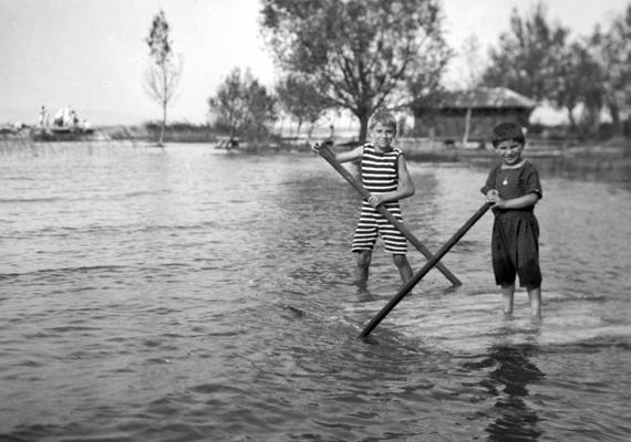 1917-ben, egy esztendővel az első világháború vége előtt csíkos dresszes kis evezősök játszottak egy tónál. Szerencsére adódtak vidám napjaik is, még ha nehéz is volt akkoriban mosolyogni.