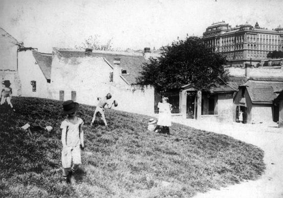 Magyarország az Osztrák-Magyar Monarchia részeként vett részt a háborúban. Ahogy a vidáman játszó gyerekek, úgy talán milliónyi felnőtt sem sejtette, hogy négy évig húzódnak a harcok. A kép 1914-es.
