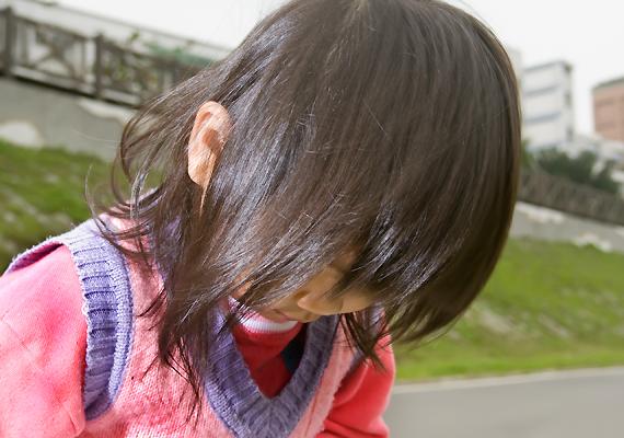 Az erős társadalmi nyomás keltette feszültséget nem feltétlenül konstruktív módon igyekeznek oldani: a japán iskolákban gyakori, hogy a gyerekek bántalmazzák egymást, szóban és tettleg egyaránt. Ugyanígy jellemző a kiközösítés.
