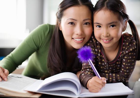 A japán gyerekek ritkán járnak bölcsődébe vagy óvodába, az otthoni foglalkozásnak pedig része az írás és olvasás tanítása is. Szinte minden kicsi szerez valamilyen szintű jártasságot a fentiekben, mire iskolába kerül. Ám a kommunikációs és verbális készségek fejlesztésére általában sem a szülők, sem a pedagógusok nem fordítanak elegendő figyelmet - ami később mind az emberi kapcsolatok, mind a hivatás terén visszaüthet.