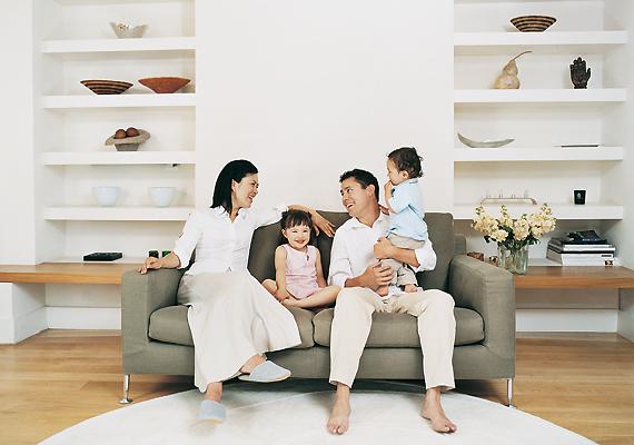 A családok többnyire a lakás egyetlen szobájában élnek, akkor is, ha nincsenek helyszűkében. A gyerekek gyakran még kamaszként egy helyiségben alszanak szüleikkel. Ez egyfajta tradíció náluk, ami a családi összetartozást hivatott erősíteni, ám a szakemberek szerint nem tesz éppen jót a személyiségfejlődésnek.