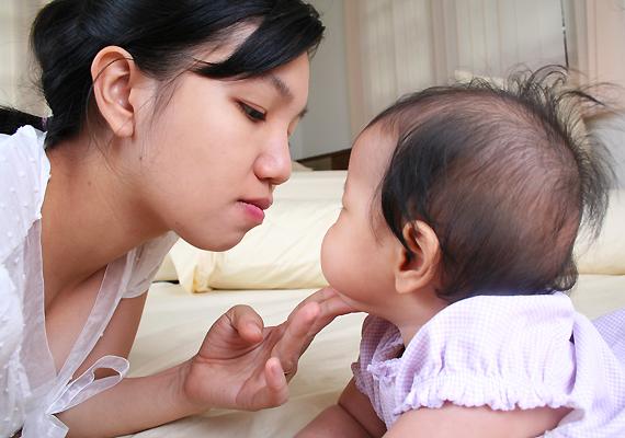 Az indulás még jónak tűnik: Japánban a kisbabáknak egy percre sem kell elszakadniuk édesanyjuktól. Ám rengeteg időt töltenek hordozóban, a mamájukra kötve, ami egyfelől ugyan biztonságérzetet ad nekik, másfelől viszont a természetellenes testhelyzet görbe, csámpás láb kialakulásához vezethet.