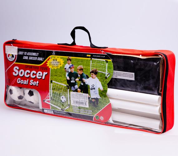 Melyik fiú ne focizna szívesen, ha egy ilyen profi kapu is a rendelkezésére áll? A képen látható összeszerelhető kaput az AsiaCenterben találod, ára 3990 forint.