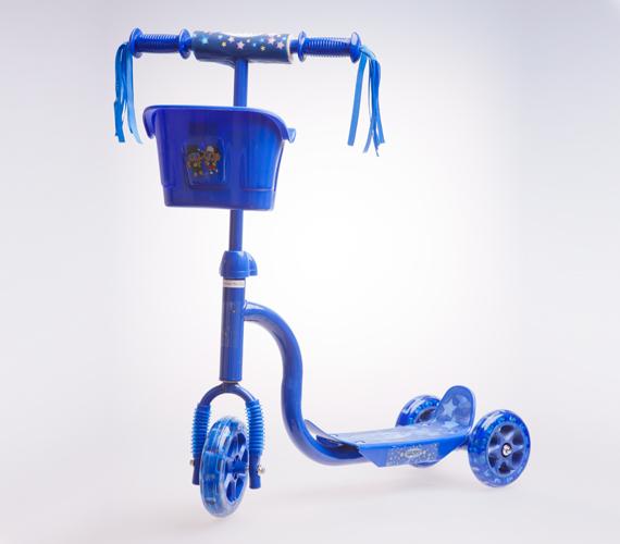 A kisfiúknak pedig kékben is elérhető a kiskosaras roller. Ára ugyanúgy 5990 forint az AsiaCenterben.
