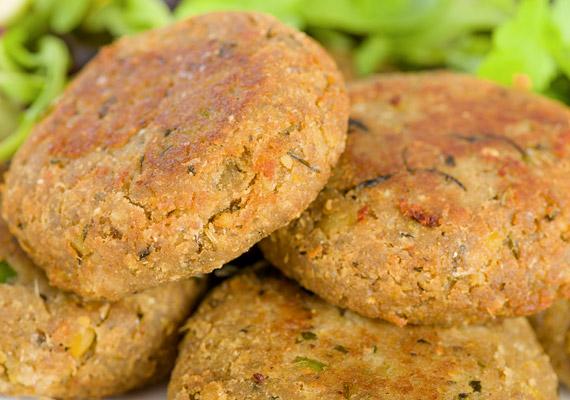 A csibefasírtról az a tévképzet kering, hogy húsféle. A csibefasírtnak ugyanis a csirkehús jó, ha 20%-át kiteszi, ezen kívül fehér lisztből készült kenyeret, panírmorzsát, sűrítőanyagot, ízfokozókat és nem kevés sót is tartalmaz.