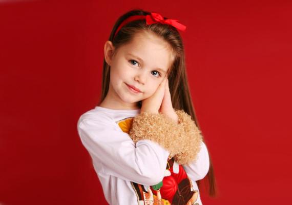 SzalagHa valamilyen alkalom, például iskolai vagy családi ünnep van, és a lánykádat is szeretnéd csinosan felöltöztetni, a hagyományos hajpánt helyett köss szalagot a hajába!
