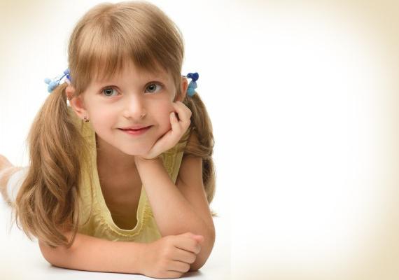Klasszikus kislányfrizuraAz egyik legegyszerűbb hajviselet kislányoknak a két copf. Egyszerűen válaszd ketté a gyerkőc haját egy fésűvel, és két cuki hajgumival rögzítsd copfokban!