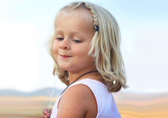 Huncut fonatHa kislányodnak növekedőfélben van a frufruja, vagy félhosszú a haja, és nem lát tőle rendesen, készíts egy helyes kis fonatot a homlokához!
