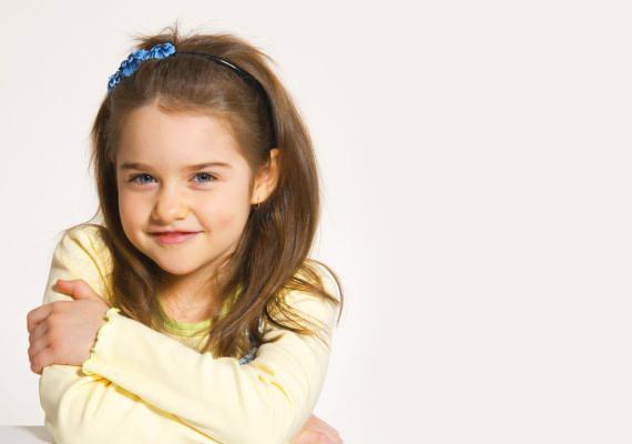 Kislányos hajpántHa a gyerkőc azt szereti legjobban, ha ki van engedve a haja, viszont nem szeretnéd, hogy a lelógó tincsek zavarják a tanulásban például, akkor egy édes kis hajpánttal megoldhatod a problémát.