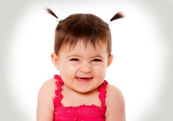MéhecskefrizuraA legkisebbeknek is van egy tippünk: pici lányod haját, ha még nem túl sok és nem is túl hosszú, két pici copfban kötheted a feje tetejére. Nagyon édes hajviselet, és egykettőre kész!