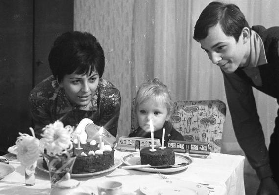Ugyanígy a szülinap is csak szülinap maradt ma is. Ez a kislány itt egy édes kisvonatot kapott ajándékba, mely azonban más, mint a mai játékok. (1970)
