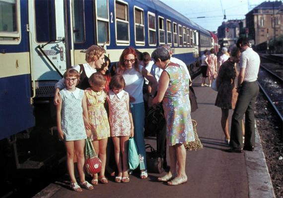 Fotó egy nyári üdülés emlékéről. Bár a gyerekkor sokat, a vonatok még mindig nem változtak. (1977)