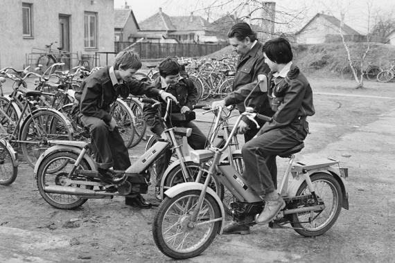 A kor szeretett járgánya, a Babetta nagyon érdekelte a fiúkat.(1980)