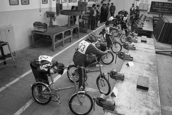 Nemcsak a Babetta, a Csepel kempingbicikli is nagy favorit volt. Ezen a képen a Gép- és Műszeripari Szakközépiskola növendékei mérik össze tudásukat kerékpárszerelésben.                         (1982)