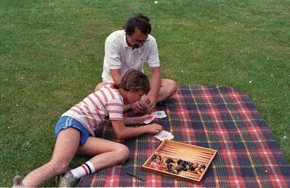 Egy jó kis sakkparti sem volt megvetendő a zöld fűre terített kockás pléd tetején.(1988)