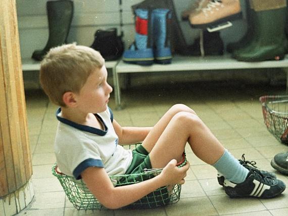 Az áruházak akkor még egészen más jelleget öltöttek, mint ma, ám az közös pont, hogy a gyerekek akkoriban sem rajongtak a hosszas vásárlásért. Ez a kisfiú éppen a bevásárlókosárban pihengetett, amikor lefotózták.                         (1985)
