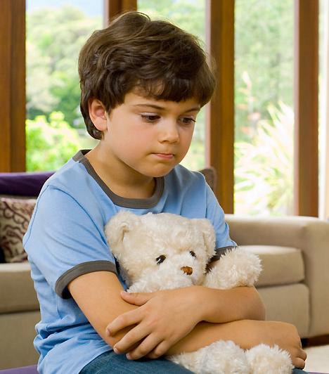 BüntetésA jó nevelés nem abból áll, hogy mindent megengedsz gyermekednek. Ahhoz, hogy később boldogulhasson, már fiatal korában is szüksége van szabályokra. Ha átlépi a határokat, éreztesd vele, hogy rosszat tett, és akár találj ki valami büntetést is, de kerüld a testi fenyítést! Légy következetes: ha valamit egyszer megtiltasz, máskor se engedd meg.