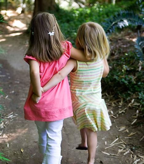 Kortársak  Bár az elsődleges követendő példa te vagy csemetéd számára, elengedhetetlen, hogy a kortársakkal együtt fejlődhessen. A gyerekek a felnőttek mellett egymástól is rengeteget tanulnak.