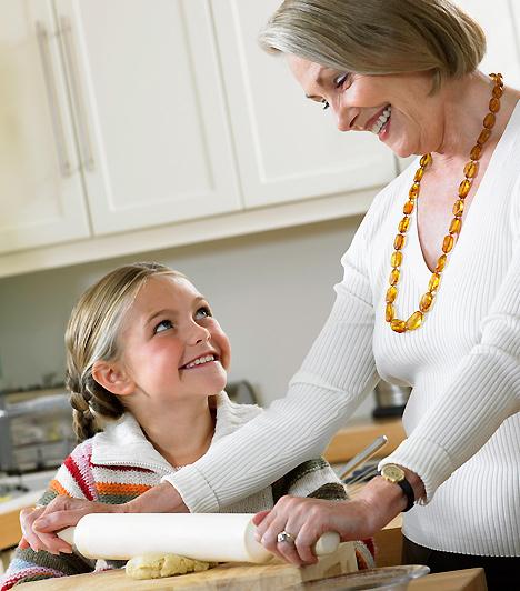 Segítő kézNe akarj az egyedüli ember lenni gyereked életében! Legyen saját életed is: ha valamilyen programra egyedül szeretnél menni, bízd a kicsit a nagymamájára vagy egy vállalkozó kedvű megbízható szomszédra. Ha elfogadod a segítséget, és nem vállalsz a kelleténél több terhet magadra, kiegyensúlyozott leszel, ami az ő lelki világára is hatással van.