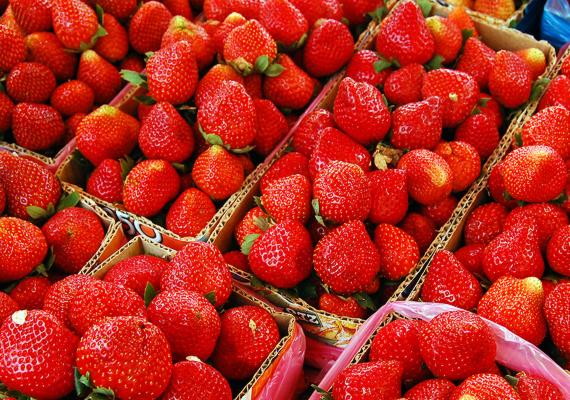 Erdei gyümölcsök: eper, szamóca, málna, szeder, áfonya                         Bár rengeteg vitamint tartalmaznak, egyéves kor alatt az almát, barackot, banánt, körtét és a dinnyét kínáld a kicsinek. Az apró magvas gyümölcsök magjainak héját ugyanis még nehezen tudja megemészteni, ám azok nagy mennyiségben jutnak a pici szervezetébe, akár már pár szem gyümölccsel is.