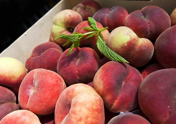 Alma-őszibarack-spenót turmix - nyolc hónapos kortól                         A spenót nagyon finom ízt ad ennek a turmixnak, de ezt a zöldséget nyolc hónapos kor előtt nem ajánlják a szakemberek, utána viszont már nagyon is!                         Egy fél almát és egy őszibarackot pucolj meg, darabold bele a őket a turmixgépbe, tegyél hozzájuk három-négy megmosott spenótlevelet, majd alaposan turmixold össze. Ha túl sűrűnek találod, ehhez is adhatsz szénsavmentes ásványvizet.