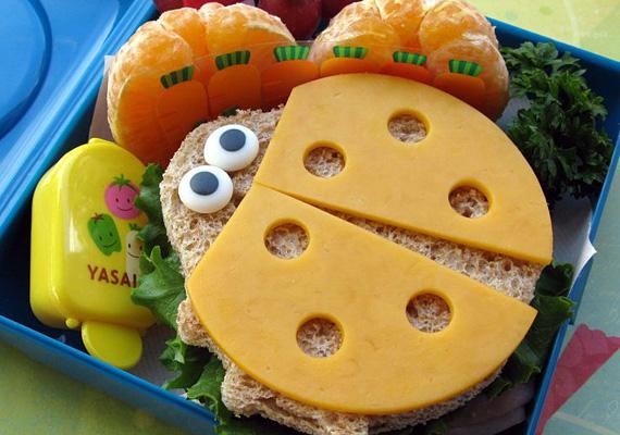 A szendvics belsejébe tedd bele a zöldségeket, kívülre pedig sajtból alkoss katicaszárnyakat! A szemeket készítheted apró körre vágott mozzarellából és bogyós gyümölcsökből.