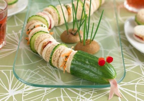 Ha van éles, kör alakú pogácsaszaggatód, akkor a szendvics összevalóiból szaggass köröket, és így készítsd el a képen látható kígyót. A kicsiknek biztosan tetszeni fog, hogy megehetik a kígyó testét.