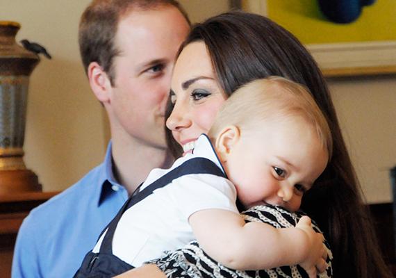 A hercegi pár tavasszal érkezett Új-Zélandra, amit természetesen a fotósok is több ízben megörökítettek. Itt a kis herceg például olyan, mintha szégyenlősen bújna anyukája vállához.