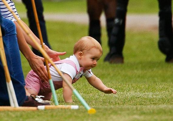 Egyre izgőmozgóbb: a pólómeccsen is alig várta, hogy Katalin letegye, ő pedig próbálgathassa mászótudását a friss fűben.