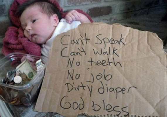 Ez a pici baba nem is sejti, mi zajlik körülötte, a szülei azonban kolduló plakátot támasztva elé hajléktalant csináltak belőle.