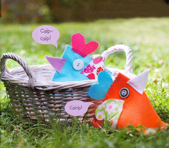 A madár elkészítéséhez a következőkre lesz szükséged:színes textil vagy filcanyag, 20x40 cmszínes maradék textilhímzőcérna és szimpla színes cérnarizs vagy babgombokpapír vagy pauszpapírollógombostű