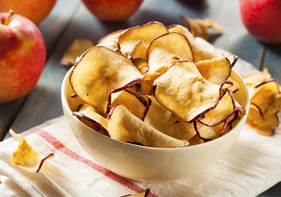 Aszalt alma                          Ínycsiklandó az aszalt alma, ráadásul magas az ásványianyag- és a C-vitamin-tartalma.                         Így készítsd:                         Vágd vékony szeletekre a megmosott almát, a magját piszkáld ki, vagy ha óvatos vagy, ki is vájhatod. Tedd sütőrácsra a szeleteket, és enyhén előmelegített sütőben addig aszald őket, amíg össze nem zsugorodnak és meg nem sötétednek. Egyet meg is kóstolhatsz próbaképpen. Ha kész, tedd ki száraz helyre egy tálcára, hogy tovább száradhasson, de takard le tüllel, hogy ne lepjék el a rovarok.