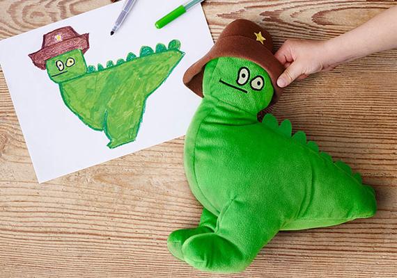 A kampány, amelynek neve Puha játékok az oktatásért, már 12 éve fut, de ez az első alkalom, hogy kisgyerekek rajzai adtak mintát a dizájnereknek.A figura megálmodója: Thymeo, 4 éves, Belgium
