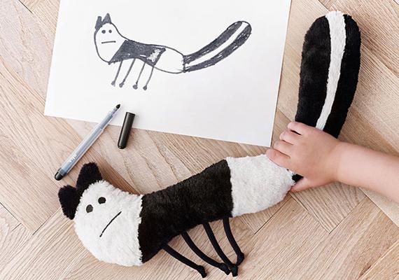 A rajzokat szerte a világon élő kisgyerekek készítették és küldték be, hogy a tervezők kiválaszthassák közülük a végső befutókat.A figura megálmodója: Dora, 7 éves, Egyesült Királyság